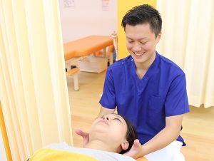 首の施術を行う写真